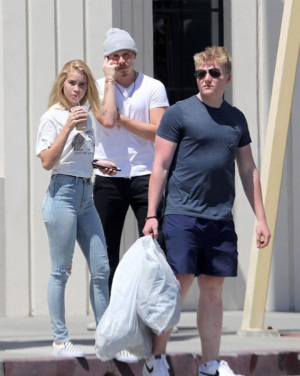 Hôm 30/7, cánh săn ảnh ở Mỹ bắt gặp Brooklyn Beckham đi ăn trưa cùng với một cô gái tóc vàng và anh bạnJack - con trai đầu bếp nổi tiếngGordon Ramsay. Người đẹp này được cho là bạn gái mới của cả nhà Becks.