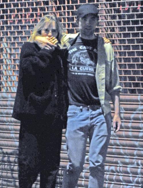 Sau khi rời rạp chiếu phim, Robert Pattinson và Suki tới một hộp đêm và ở đó đến khoảng 1h đêm. Đây là lần đầu tiên Pattinson hẹn hò trở lại sau một năm hủy hôn ca sĩ FKA Twigs.