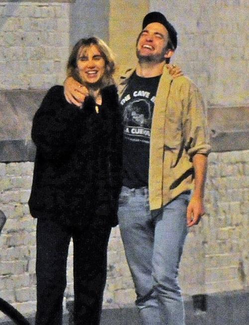 Cả hai trông rất vui vẻ và hạnh phúc.