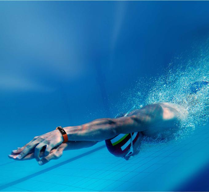 Smartwatch sành điệu: Với thiết kế thời trang cùng nhiều tính năng, smartwatch không chỉ là một chiếc đồng hồ thông minh đơn thuần mà còn là món đồ trang sức dành riêng cho phái đẹp. Chiếc đồng hồ này giúp bạn theo dõi giấc ngủ, cảm biến nhịp tim, hồng ngoại, máy đo gia tốc, theo dõi các hoạt động, đặc biệt là bơi lội.