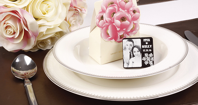 Các đôi có thể chọn những mẫu đã có sẵn hoặc tự tay thiết kế những miếng cocolate khắc tên cô dâu chú rể hoặc in ảnh cùng ngày cưới của cả hai để đảm bảo món quà cưới không đụng hàng và gây ấn tượng đối với khách mời.