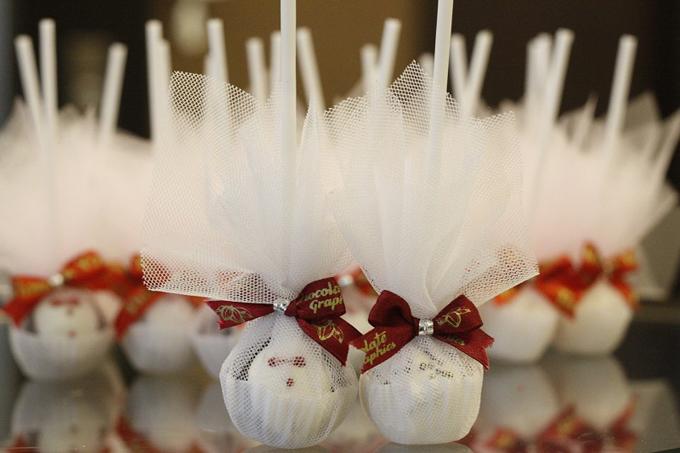Chocolate Graphics sẽ hỗ trợ đóng gói và thắt nơ chỉnh chu, để khi quà được giao đến tận nơi, các đôi chỉ cần bày lên bàn là tiệc cưới là đã có những món quà lung linh.