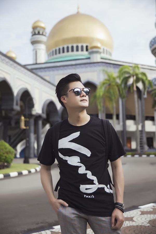 Nam ca sĩ đặc biệt ấn tượng với các công trình kiến trúc đậm nét Hồi giáo tại Brunei.