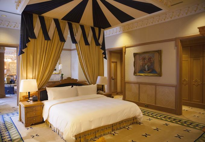 Ở Brunei, nam ca sĩ được lưu trú tại khách sạn 6 sao sang trọng. Phòng anh ở là một trong hai căn phòng đặc biệt chỉ dành cho khách VIP. Các chi tiết trang trí trên trường được mạ vàng, trạm trổ công phu, tinh tế.