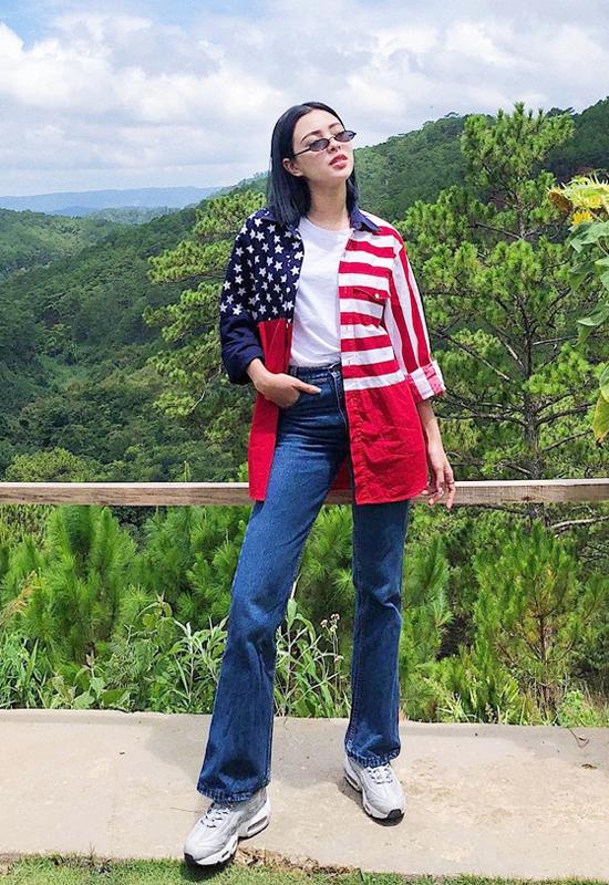 Khi mặc jeans, các bạn gái thoả sức mix - match nó với nhiều kiểu áo thun, áo crop top, sơ mi hay boluse.