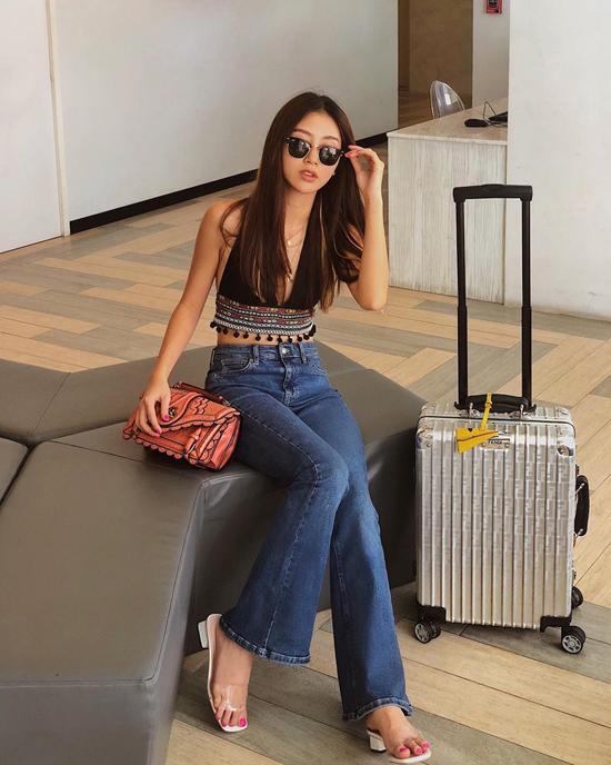 Jeans ống loe cũng là trang phục được hâm nóng ở mùa thời trang 2018.