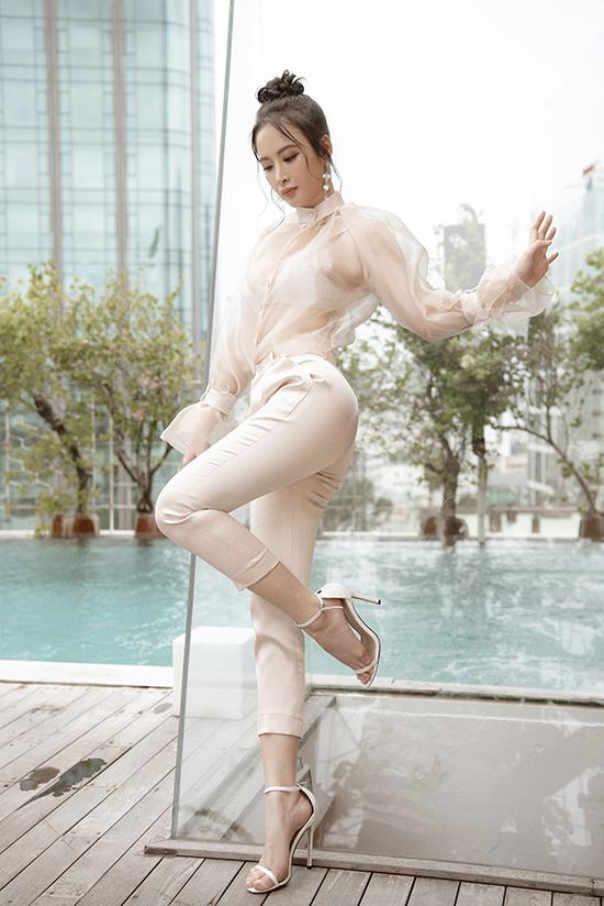Diện sơ mi và quần âu nhưng Angela Phương Trinh vẫn khiến hình ảnh của mình trở nên gợi cảm. Cô khéo chọn áo trong suốt hot trend mix đồng điệu cùng quần âu.