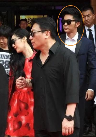 Người yêu của Phạm Băng Băng làLý Thần (người được khoanh mặt). Nhưng ở nhiều nơi nữ diễn viên xuất hiện, người cô vịn tay là Mục Hiểu Quang (áo đen). Khoảng mờ trong mối quan hệ nàylàm dấy lên tin đồn Mục Hiểu Quang mới là bạn trai của Băng Băng.