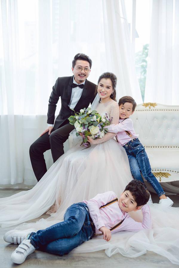 Cặp diễn viên có hai con trai đáng yêu là bé Bánh Mì (nằm) và bé Xá Xị. Lâm Vĩ Dạ tiết lộ, ông xã là người sống tình cảm, trách nhiệm với vợ con. Hai nhóc tỳ nhà nữ diễn viên cũng rấtngoan, luôn nghe lời cha mẹ.