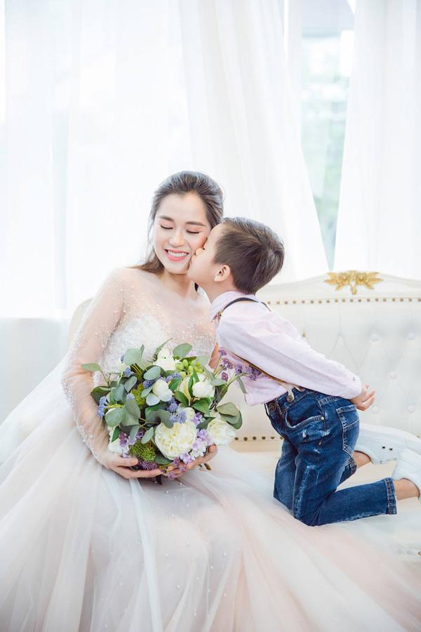 Cậu út Xá Xị tình cảm hôn má mẹ khi đi chụp ảnh.