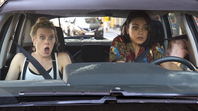 Morgan (trái) là nhân tố chủ đạo tạo ra tiếng cười cho bộ phim.