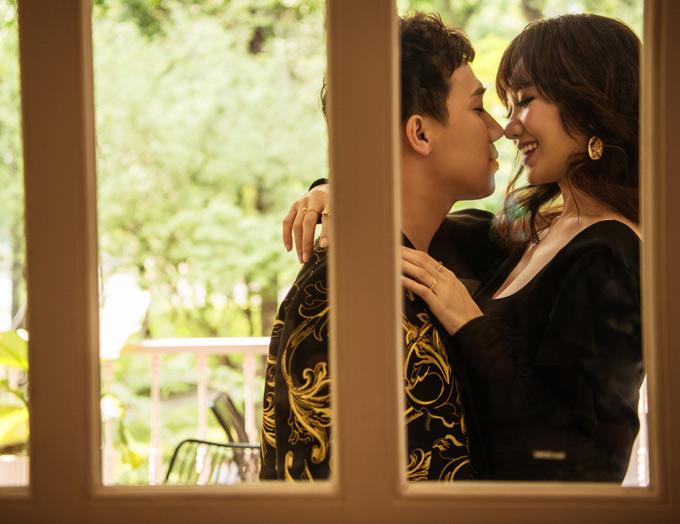 Nam diễn viên hẹn hò bà xãđi uống cà phê, tình tự như ngày mới yêu nhau.