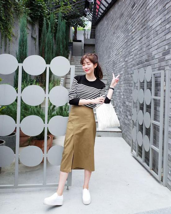 Chính sự đơn giản và tạo nên cảm giác thoải mái đã giúp chân váy midi được lòng phái đẹp.