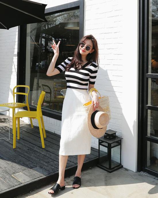 Kết hợp chân váy đơn sắc cùng các kiểu áo thun là công thức đơn giản để lên đồ đến văn phòng.