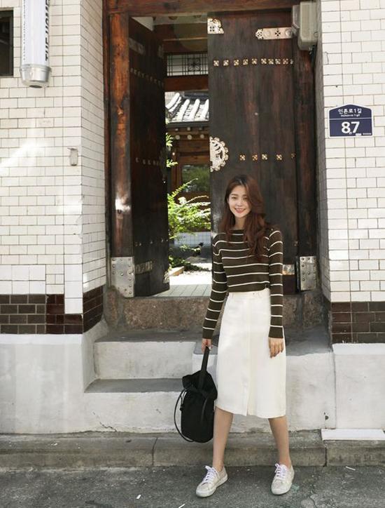 Sử dụng giầy thể thao để mix cùng các kiểu chân váy hợp mốt vẫn là phong cách được các bạn gái châu Á yêu thích.