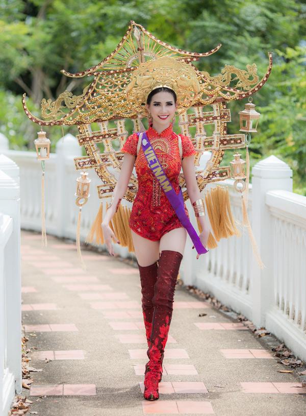 [Caption]50 người đẹp Hoa hậu Đại sứ Du lịch Thế giới 2018 vừa có phần trình diễn quốc phục tại núi Ok Thalu, một biểu tượng của Phatthalung, Thái Lan.