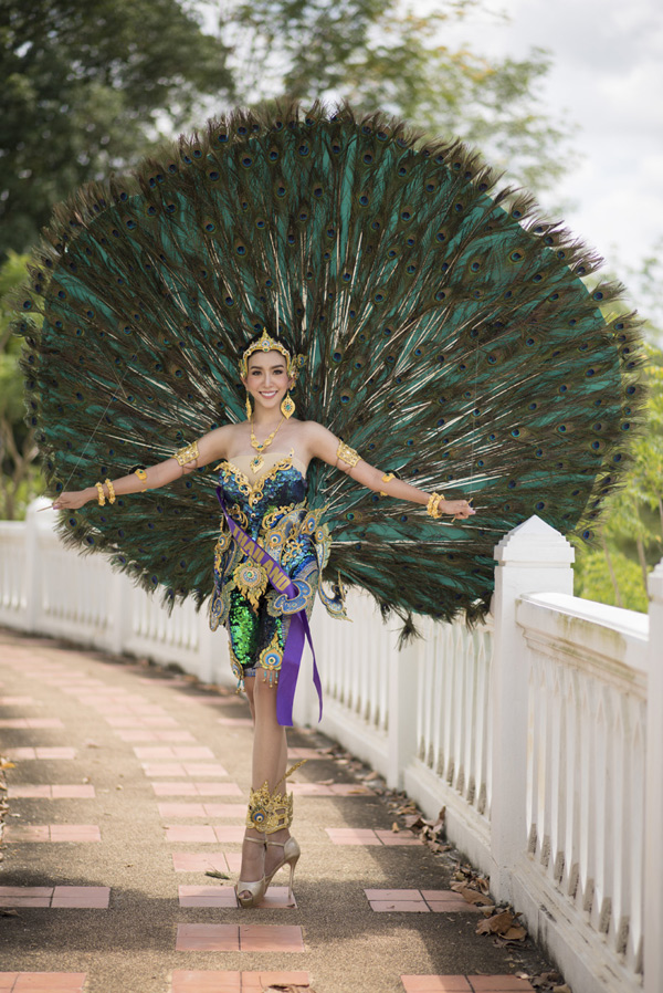 [Caption]Tiếp tục các hoạt động trong khuôn khổ vòng chung kết Hoa hậu Đại sứ Du lịch Thế giới 2018, ngày 2/8, một trong những phần thi quan trọng nhất trong khuôn khổ vòng chung kết cuộc thi được diễn ra, đó là phần trình diễn quốc phục.