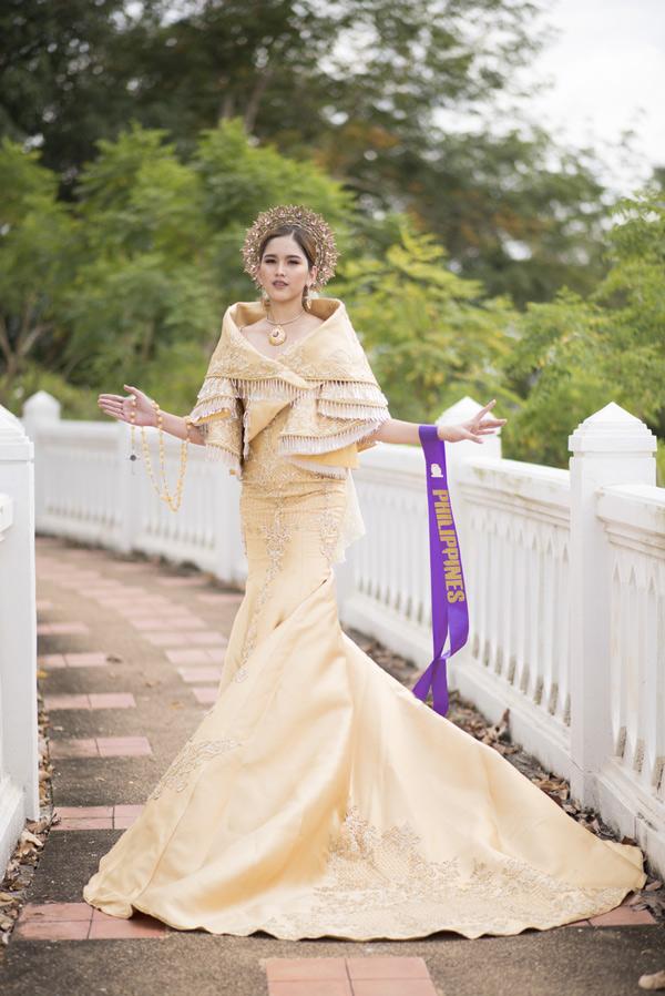 [Caption]Bởi vậy, phần thi trình diễn quốc phục chính là cơ hội để các người đẹp có thể quảng bá, giới thiệu về nét văn hóa truyền thống đặc sắc của đất nước mình.