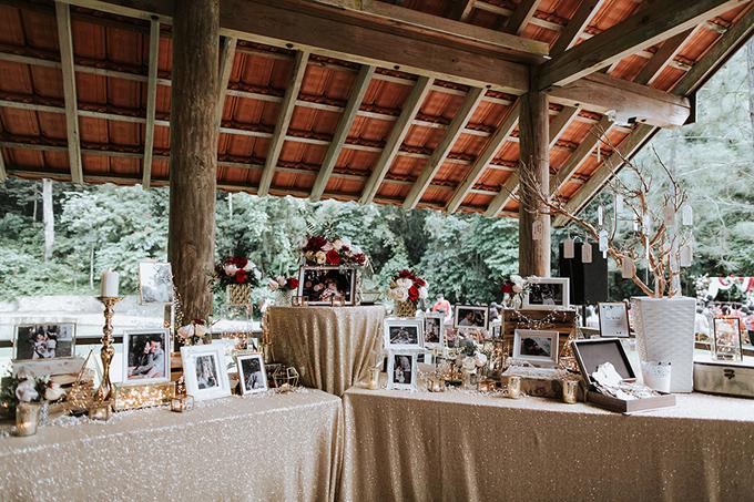 Uyên ương đặtảnh cưới, giá nến các loạilên bàn tiếp tân. Không gian thêm sang trọng nhờ tấm trải bàn vàng đồng lấp lánh. Để có một không gian tiệc cưới đậm chất rustic, điều quan trọng nhất là bạn phải có ý tưởng và biết bài trí khéo léo.