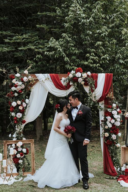 Cây xanh, gỗ... là những vật dụng được bắt gặp nhiều trong đám cưới của cặp Malaysia. Cách sắp xếp và bố trí vật dụng cũng khá đơn giản, hài hòa và có phần ngẫu hứng.