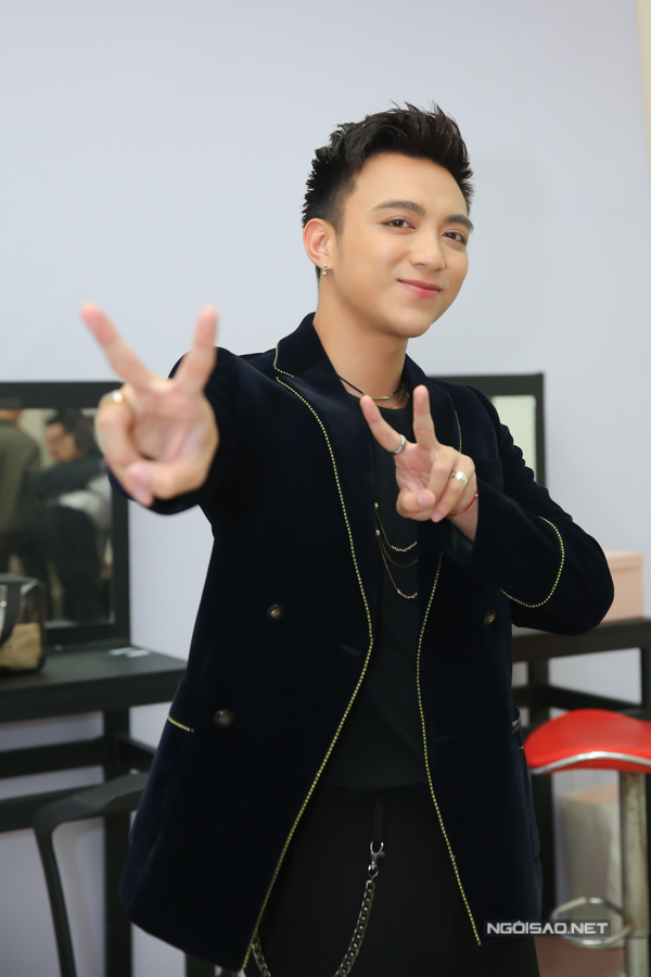 Đây là lần thứ hai nam ca sĩ Đi để trở về làm huấn luyện viên của The Voice Kids. Ở mùa thi 2017, anh gây chú ý bởi khả năng dỗ dành các bé thí sinh và khả năng dàn dựng tiết mục ấn tượng.