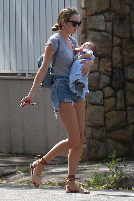 Thiên thần nội y Candice bế con trai 1 tháng tuổi ra phố