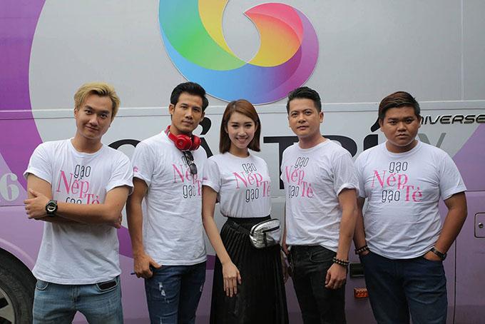 Các diễn viênGạo nếp gạo tẻ vừa thực hiện chuyến giao lưu với khán giả phía Bắc tại 3 thành phố Hà Nội, Hải Phòng và Quảng Ninh. Đây là lần đầu tiên Anh Tuấn tham gia chương trình cùng các đồng nghiệp.