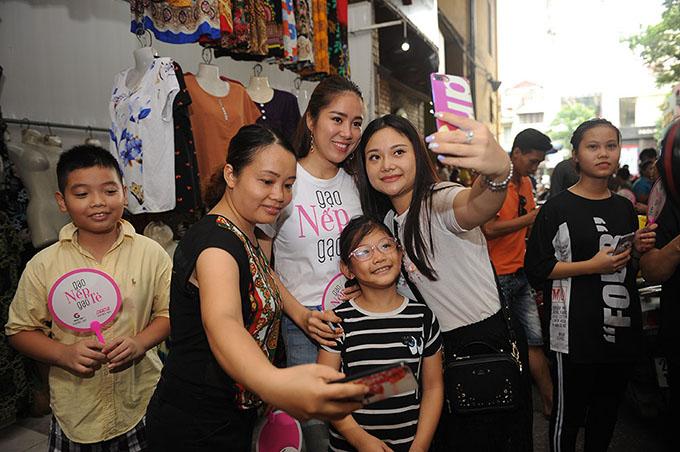 Sau gần 40 tập đã lên sóng, vai Hương của Lê Phương là một trong những nhân vật được yêu thích và cảm thông nhất vì chịu nhiều vất vả, tủi nhục. Đi đến đâu cô cũng được khán giả vây quanh, xin chữ ký và chụp ảnh cùng. Nữ diễn viên còn được nhiều người đặt cho biệt danh con gái quốc dân.