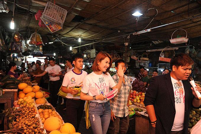 Tại Quảng Ninh, đoàn phim giao lưu với khán giả tại chợ Hồng Hà và chợ Hạ Long 2.