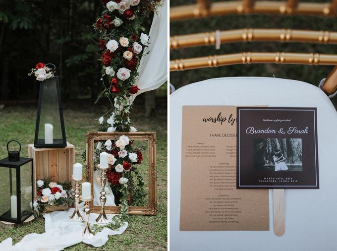 Trong đám cưới rustic, bạn khó lòng bắt gặp những vật dụng quá chỉn chu và có thiết kế cầu kỳ hoặc nếu có thì đó cũng chỉ là một vài điểm rất nhỏ trong không gian đơn giản, mộc mạc. Uyên ương gửi nội dung hôn lễ và một chiếc quạt in hình hai vợ chồng để gửi tới khách mời.