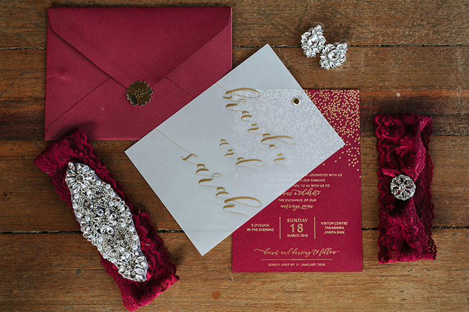 Thiệp cưới của uyên ương mang gam đỏ tía rực rỡ. Tấm thiệp thêm sang trọng, lịch thiệp do được tạo nên nhờphương pháp ép kim.