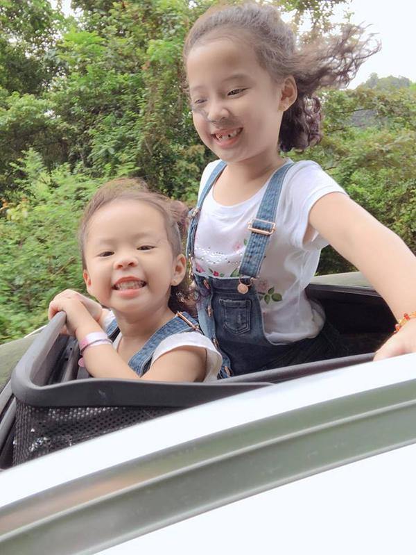 Bé Nhím và bé Kẹo là hai trái ngọt trong cuộc hôn nhân của vợ chồng Hồng Đăng - Anh Đào. Bé Nhím từng cùng bố tham gia Bố ơi, mình đi đâu thế? và được nhiều khán giả yêu thích.