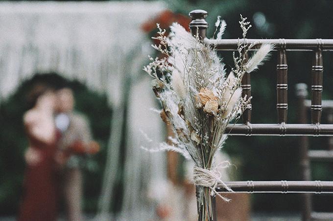 Đám cưới boho đem con người hòa mình vào thiên nhiên. Cỏ, hoa khô được đính trên ghế ngồi của khách mời sẽ là điểm nhấn khó quên cho ngày trọng đại của cặp đôi.
