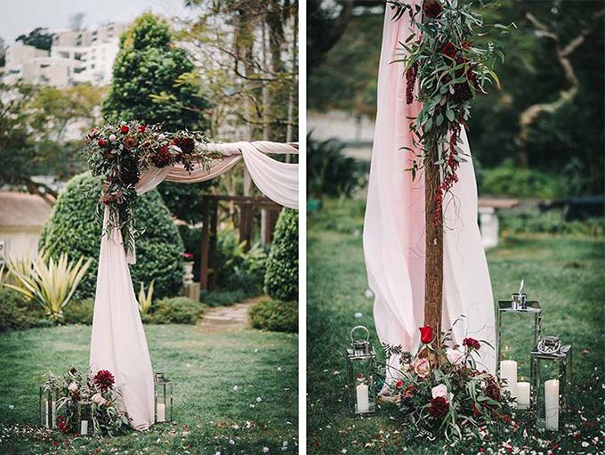 Cổng cưới bằng gỗ kết hoa có thể sử dụng cho đám cưới rustic, minimalist, boho... Để không gian bớt đơn điệu, bạn có thể dùng nến thắp sáng.
