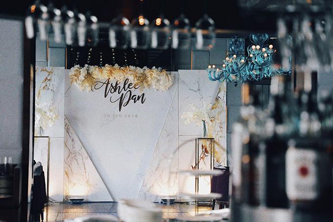 Cặp vợ chồng có thể chọn hoa hoặc chi tiết trang trí có sắc vàng đồng để gợi nên không gian hiện đại, ghi đậm dấu ấn cá nhân.