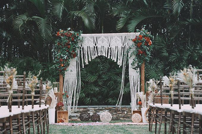 Rèm hoa văn, sắc hoa đỏ tía mang sự hoang dại và lãng mạn đặc trưng của phong cách boho. Trong đám cưới, cô dâu chú rể không cần gò bó trong váy áo nghiêm túc, cứng nhắc.