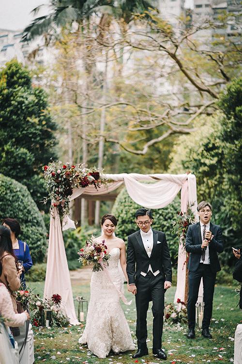 Cổng cưới xinh xắn dường như đã trở thành yếu tố nhất định phải có trong đám cưới ngoài trời. Cặp vợ chồng có thể chọn cổng hoa hình chữ nhật, cổng bán nguyệt hoặc cổng tròn.