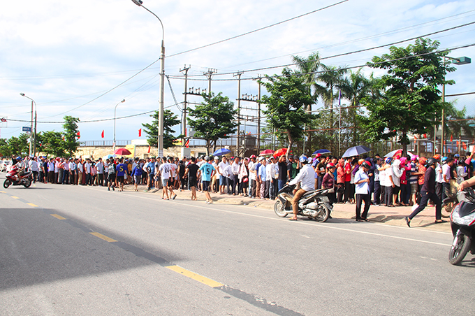 Hàng nghìn người xếp hàng chờ mua vé ở khu vực nhà thi đấu Hà Tĩnh. Ảnh: Hùng Lê