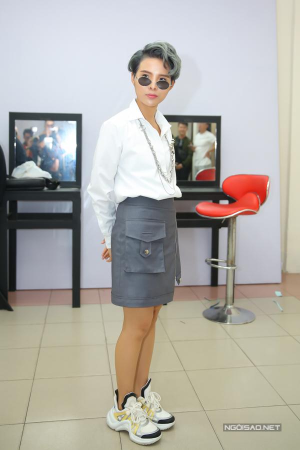 Mẫu giày thô kệch giá 25 triệu đồng được sao Việt yêu thích - ảnh 1