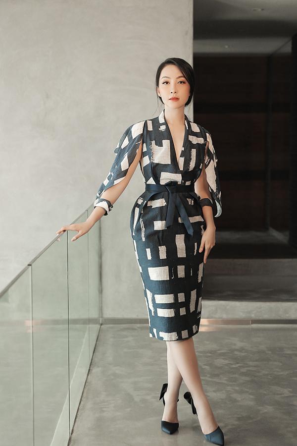 Váy thắt eo được bố trí thêm tay áo cut out mới lạ. Kỹ thuật cắt may mang tới nét phá cách vừa đủ và vẫn giữ được nét trang nhã cho quý cô văn phòng.