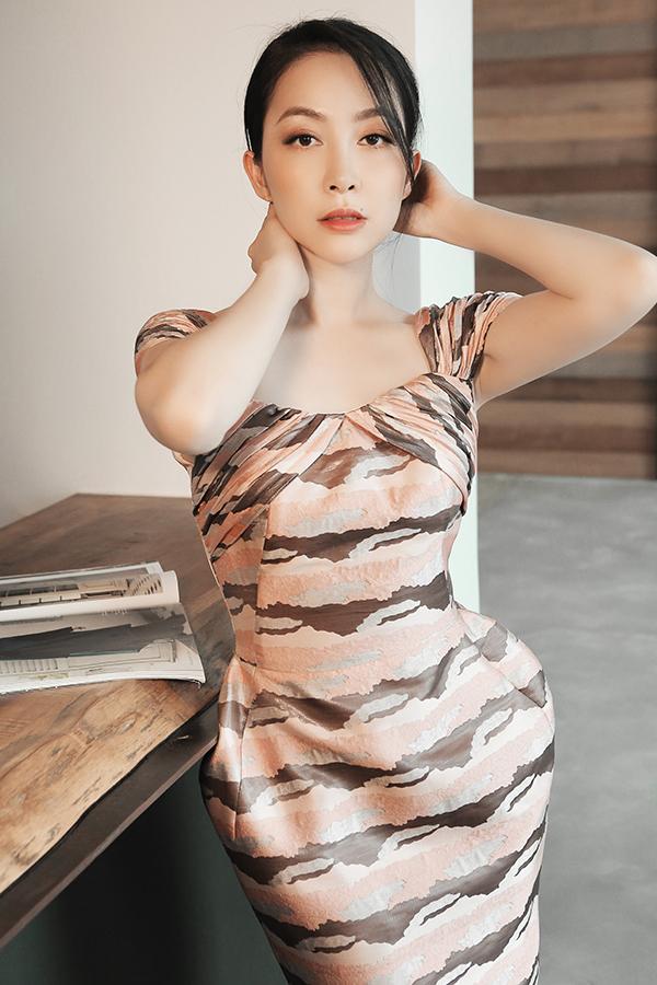 Không cần diện các mẫu váy khoe khoảng hở táo bạo, phái đẹp vẫn có thể giúp mình trông gợi cảm hơn với đầm lục bình độc đáo.