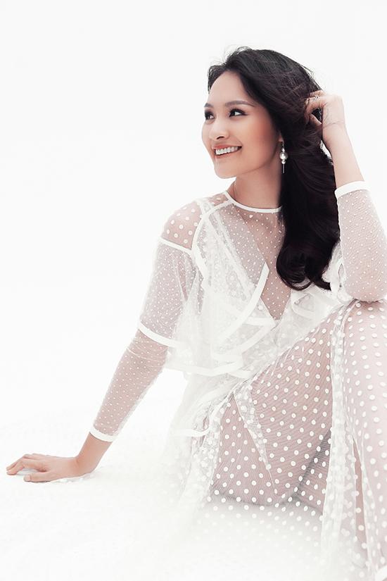 Trong bộ ảnh mới thực hiện, người đẹp thể hiện sự táo bạo khi chọn các kiểu váy xuyên thấu khai thác vẻ đẹp sexy.