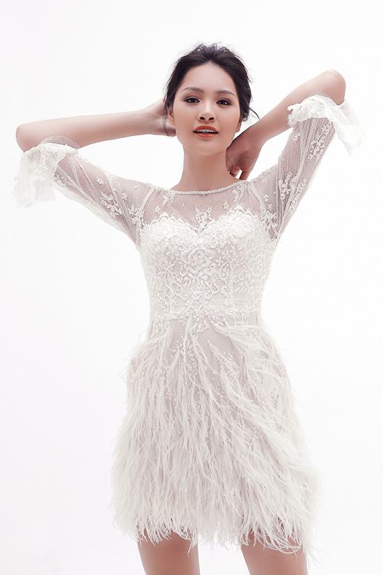 Nhà thiết kế sử dụng các chất liệu chiffo,tơ tằm phối ren làm mang đến sự mềm mại cho dòng trang phục tiệc tùng.