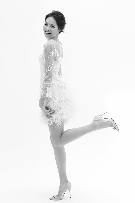 Chỉ sử dụng gam trắng nhưng chính cách xử lý chất liệu, tạo phom dáng đã mang tới sự đa dạng cho các mẫu váy dạ tiệc.