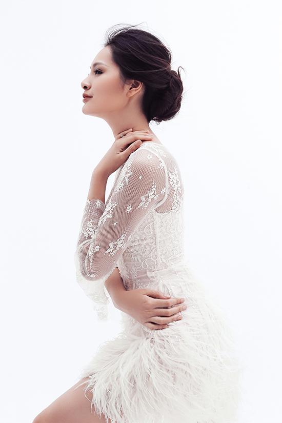 Cùng với hoạ tiết hoa ren đầy nữ tính, chất liệu lông đà điểumềm cũng được sử dụng để tăng sự bay bổng cho trang phục.