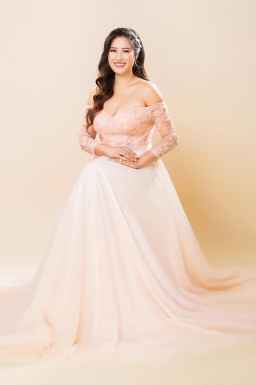 Trong bộ hình cưới, Hoàng Châu còn diệnváy cưới màu hồng cam có thiết kế trễ vai, cúp ngực. Chiếc váy giúp cô dâu khoe khéovẻ đẹp gợi cảm, quyến rũ.