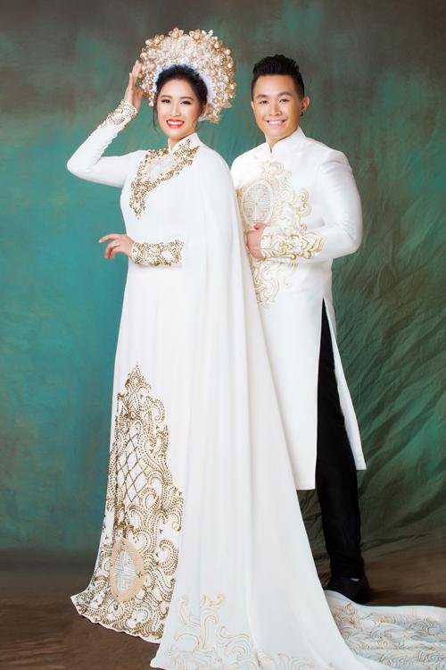 Riêng chiếc áo dài cưới của cô dâu được đính kèm thêu áo choàng đuôi dài 150 cm và được nhà thiết kế Minh Châu thực hiện trong vòng 1 tháng. Do vị trí địa lý xa xôi nên nhà thiết kế và cô dâu chủ yếu liên hệ qua thiết bị điện tử, làm việc từ xa để lấy số đo và không cần thử áo trước.