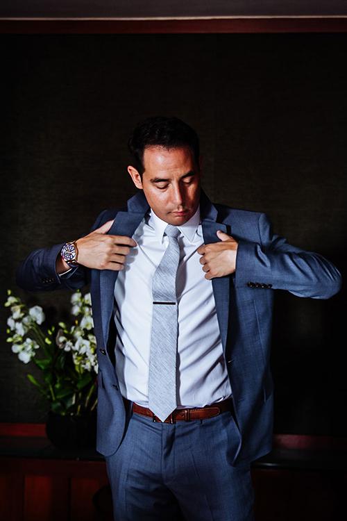 Chú rể diện suit xanh đậm và cà vạt nhạt hơn một tông cho ngày trọng đại.