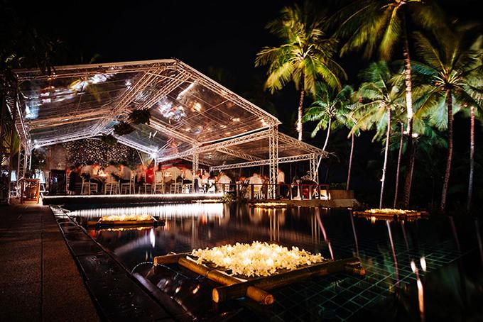 Đèn treo và đèn hoa đăng bên hồ bơi giúp thắp sáng không gian sảnh tiệc, khiến khách mời có những trải nghiệm khó quên.