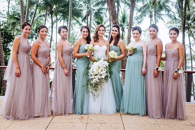 Tina và Matt tổ chức hôn lễ bên một hồ bơitrongresort ở biển. Bảng màu của hôn lễ là hồng tím, xanh mòng két, xanh lá cây và trắng. Mặt khác, uyên ương chọn hoa lan hồ điệp với sắc trắng tinh khôi làm loài hoa chính cho hôn lễ.
